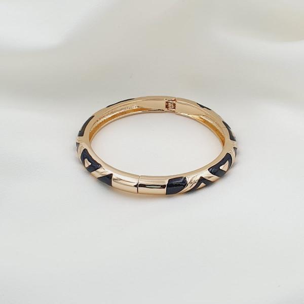 photo à plat d'un bijou femme de type bracelet manava émail noir motifs fermoir clip acier doré