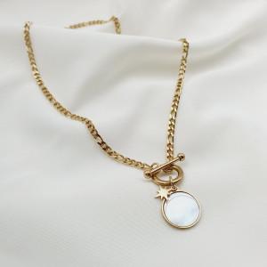 photo à plat d'un bijou femme de type collier «madreperla maille figaro fermoir bascule médaille nacre acier doré